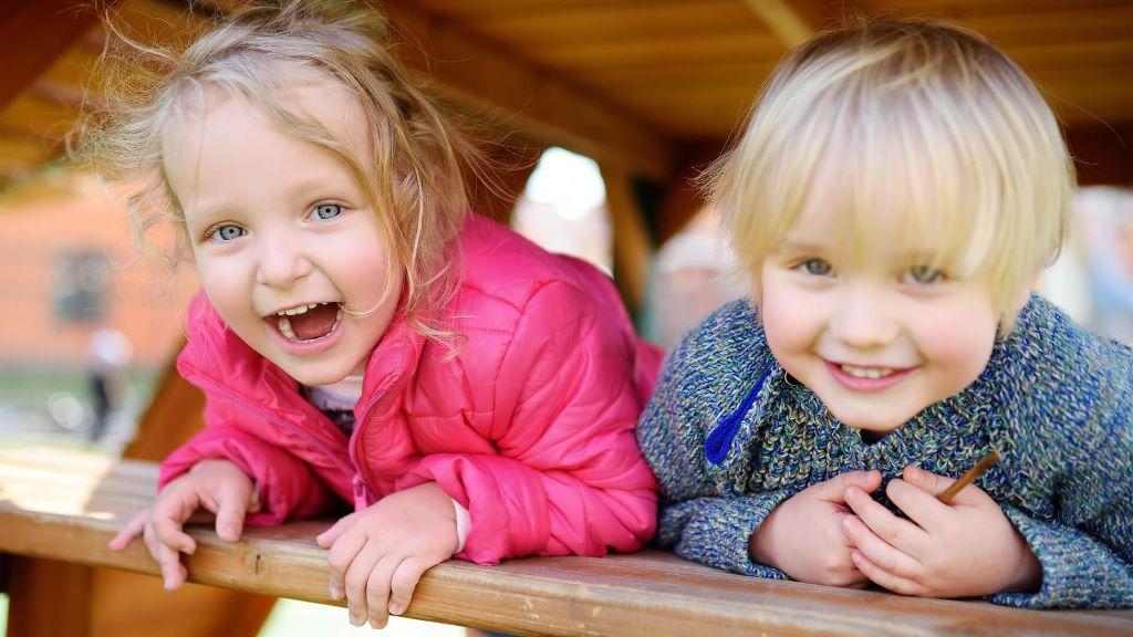 Kinden auf dem Spielplatz